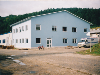 2001, bouw van een administratief gebouw in Šebešťanová